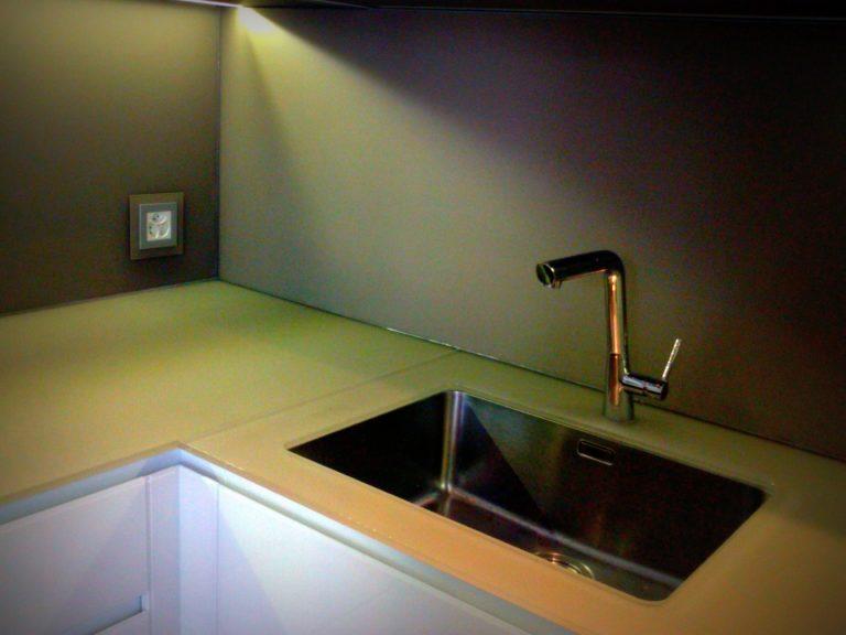 Piano lavoro in vetro temperato: caratteristiche e manutenzione